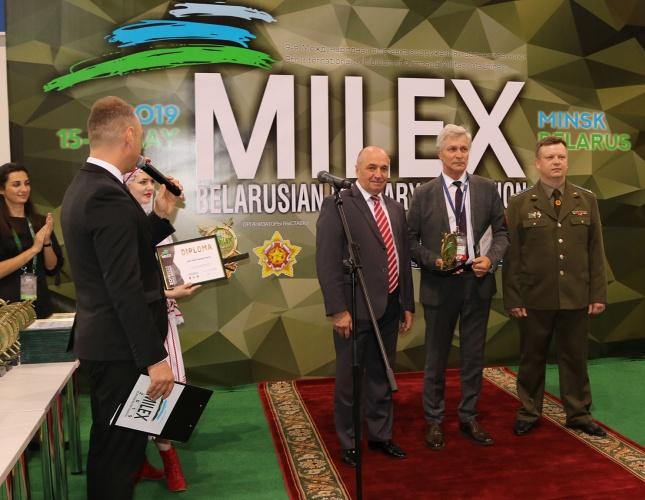 Во время церемонии закрытия участники выставки MILEX-2019 получили памятные награды